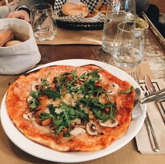PIZZA DE TRUFA Y HUEVO